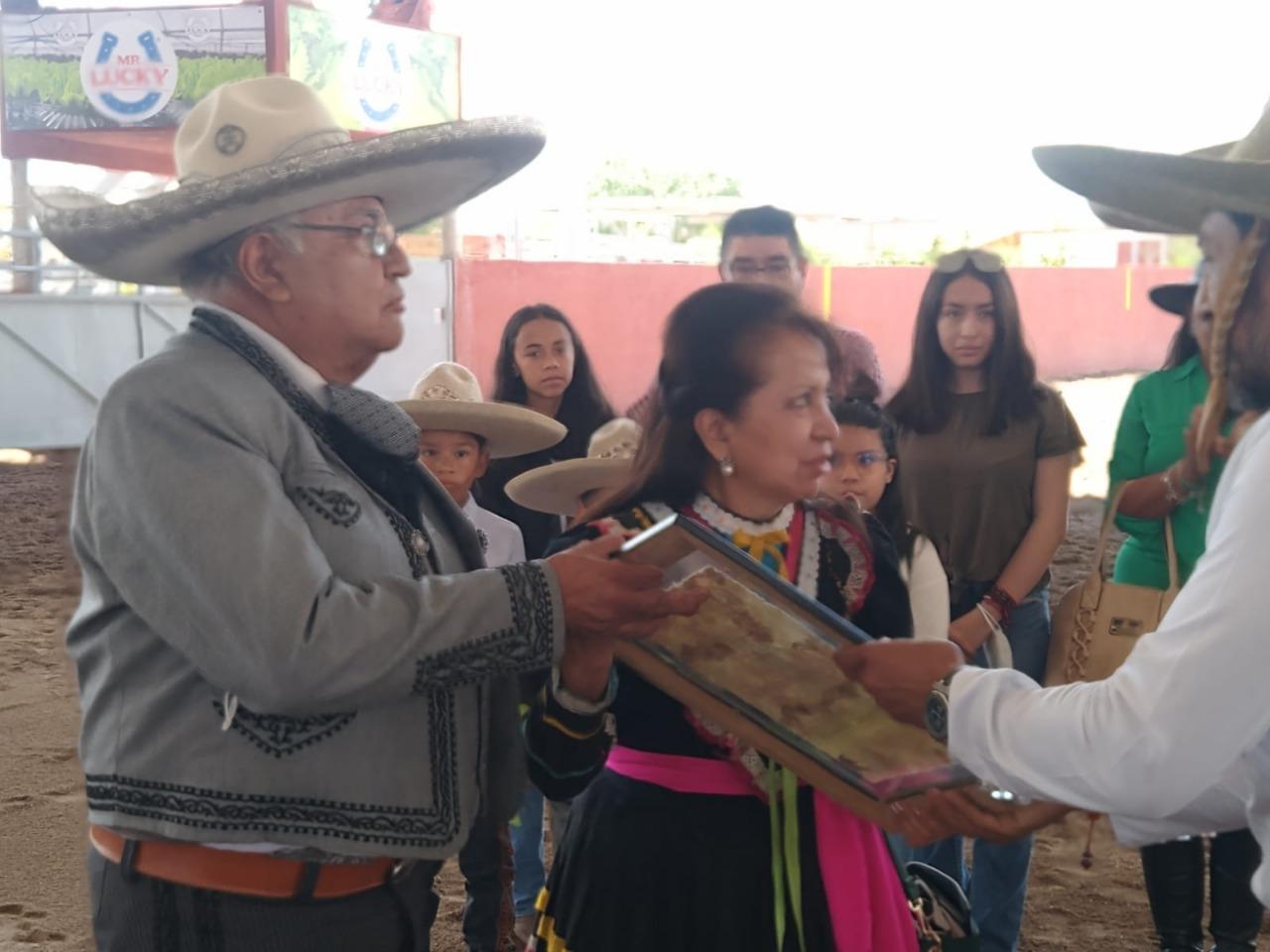 La Asociación de Charros de Matehuala le hizo un merecido homenaje post-mortem al Lic. Eduardo Carrera Guillen, entregando un Reconocimiento al C.P. Juan Fidel Carrera Guillen