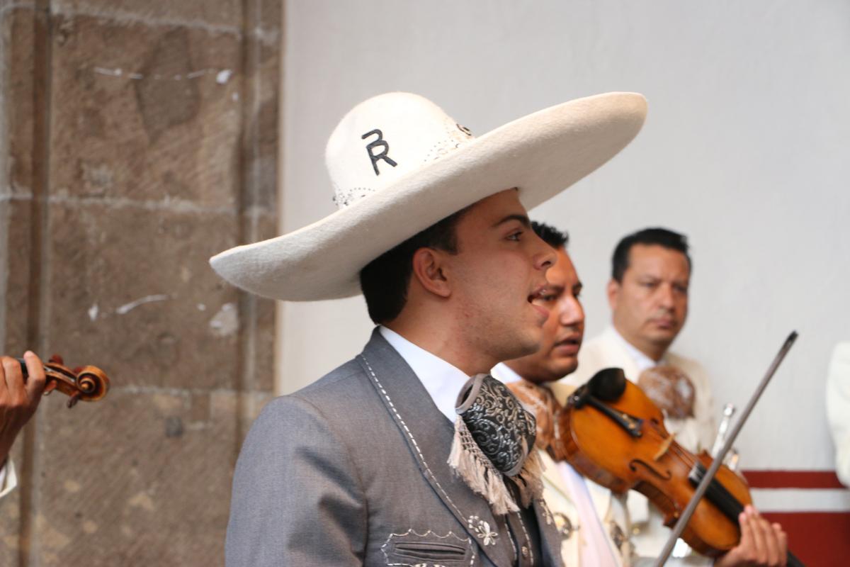 """Rubén Berumen Delgado, cantando a los acordes del Mariachi en convivencia """"hidrocálida"""""""