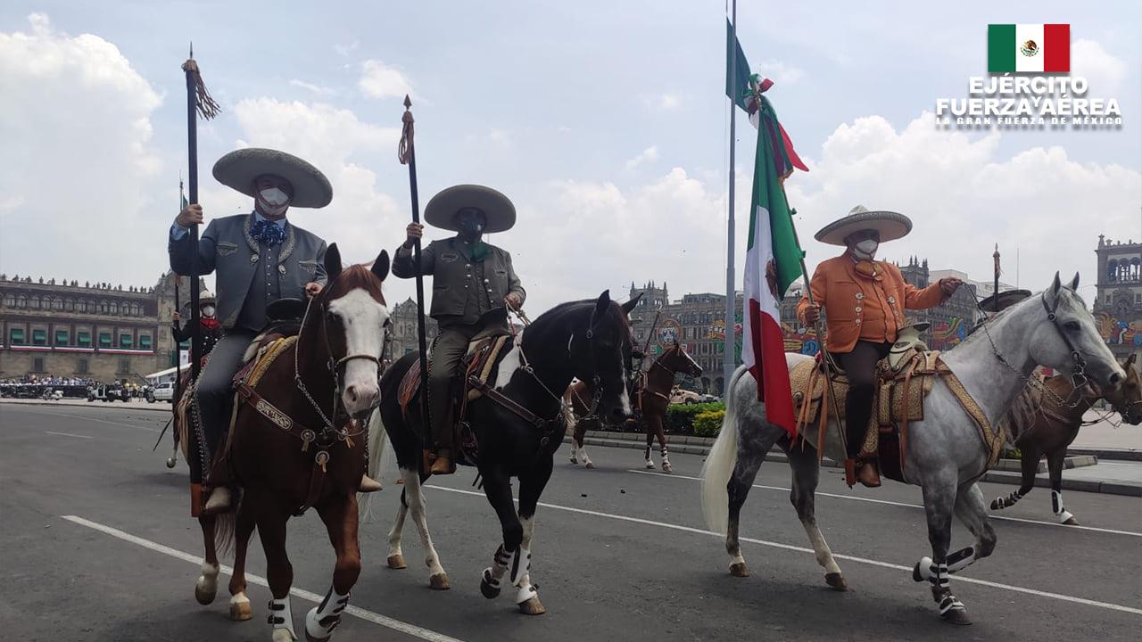 La escolta nacional de la Federación a su paso por el Zócalo capitalino