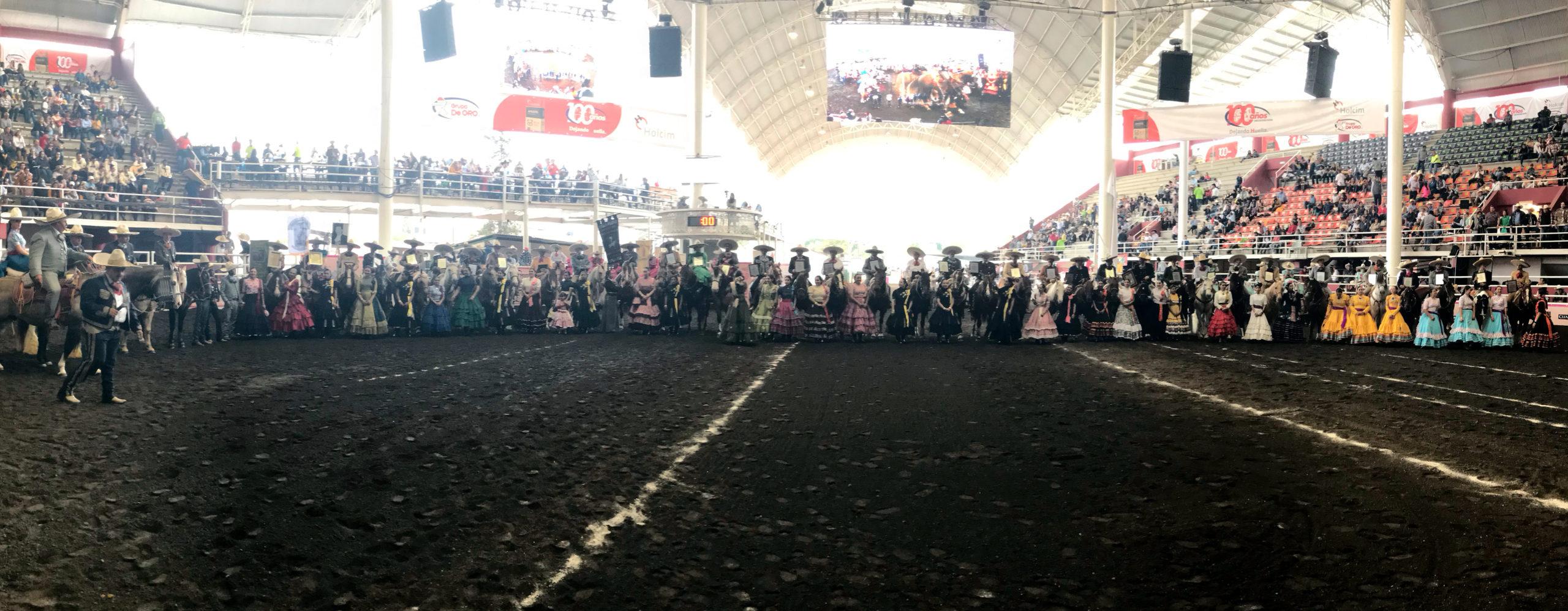 Los campeones nacionales charros completos desfilaron a caballo y recibieron el homenaje de la afición