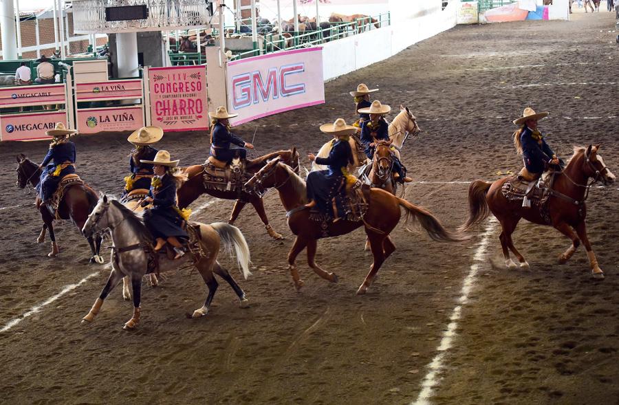 La escaramuza zacatecana Charra de Plata realizando el ejercicio Mina El Edén