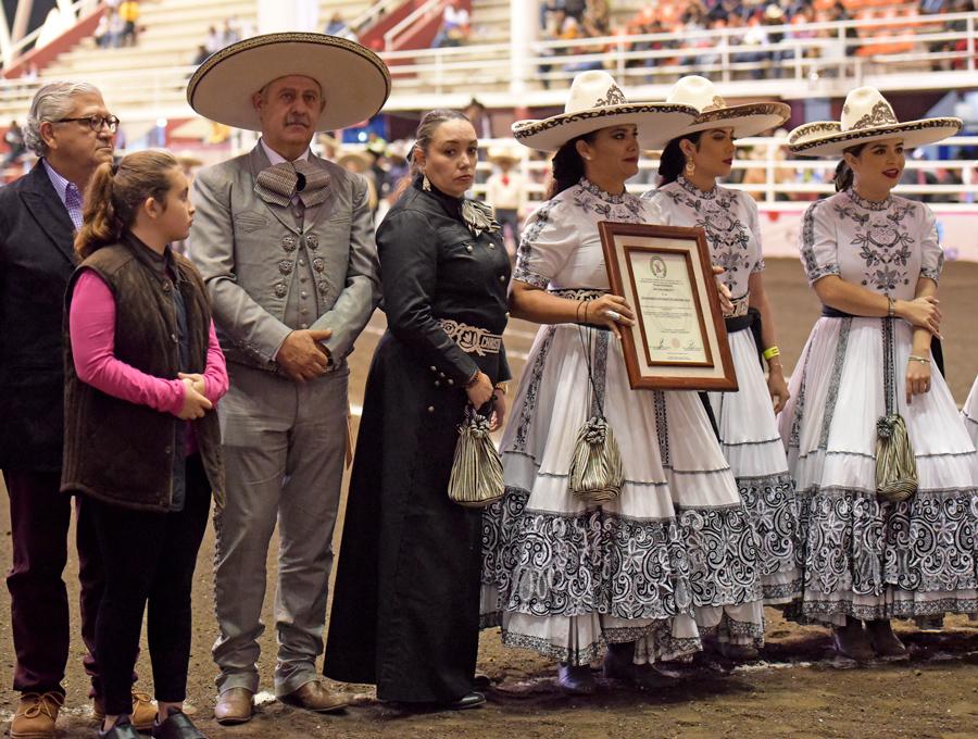El presidente de la Federación, Leonardo Dávila Salinas, entregó el reconocimiento a la escaramuza Rayenari