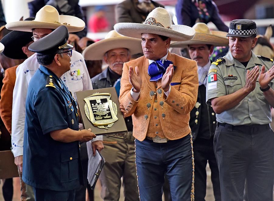 El Gobernador Silvano Aureoles entregando el reconocimiento al Ejército Mexicano en manos del general Gerardo Mérida Sánchez