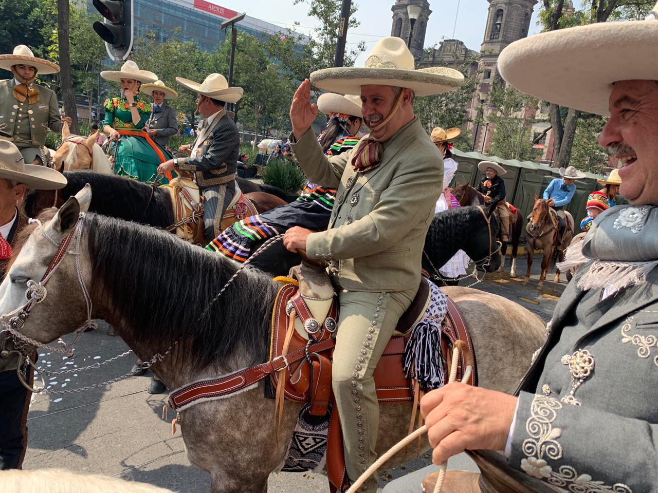 El presidente Leonardo Dávila Salinas encabezó el contingente de la Federación Mexicana de Charrería en el desfile conmemorativo al inicio de la Revolución Mexicana