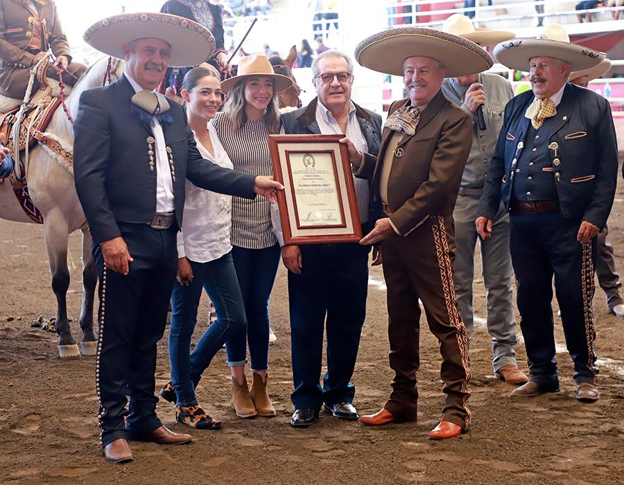 Momento de la entrega del reconocimiento póstumo a la memoria del señor Enrique Sandoval Gómez