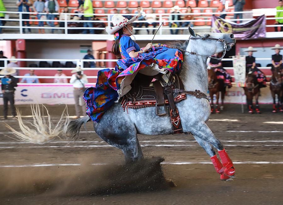Soberbia la punta de la chiapaneca Ximena Velasco, pues su cabalgadura rayó 19.20 metros en dos tiempos