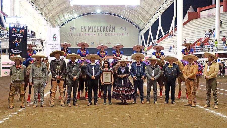 En la competencia nocturna recibió un reconocimiento la licenciada Leticia Cauzor Soto, de la escaramuza Charra de Chiapas