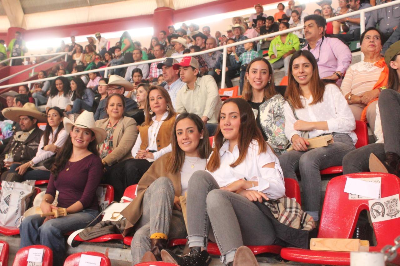 Siempre presente la señora Mini Blanco de Dávila, esposa del presidente de la Federación, Leonardo Dávila Salinas, y su apreciable familia, apoyando a su agrupación Valle de Saltillo
