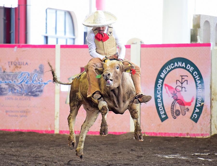 Buena la jineteada de toro de Asunción Sainz por los Tres Potrillos de Jalisco