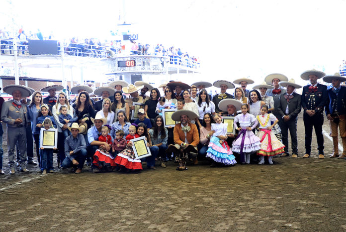 Congregada toda la familia Pedrero durante el homenaje celebrado en el Pabellón Don Vasco