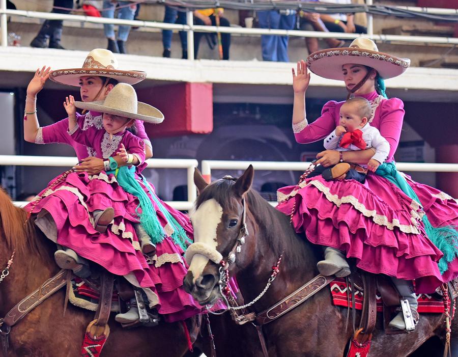 Tierna imagen que identifica a la Charrería como el deporte nacional mexicano y familiar por excelencia