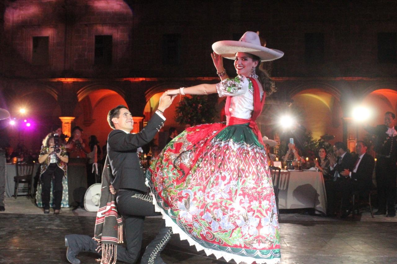 SGM María I y su hermano, Carlos Malo Véliz, al concluir el tradicional Jarabe Tapatío