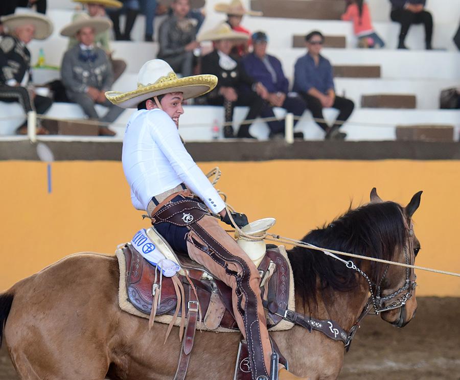 El manganeador a caballo de Rancho El Pitayo, Óscar Pérez Lara, cuajó sus tres oportunidades en la competencia vespertina