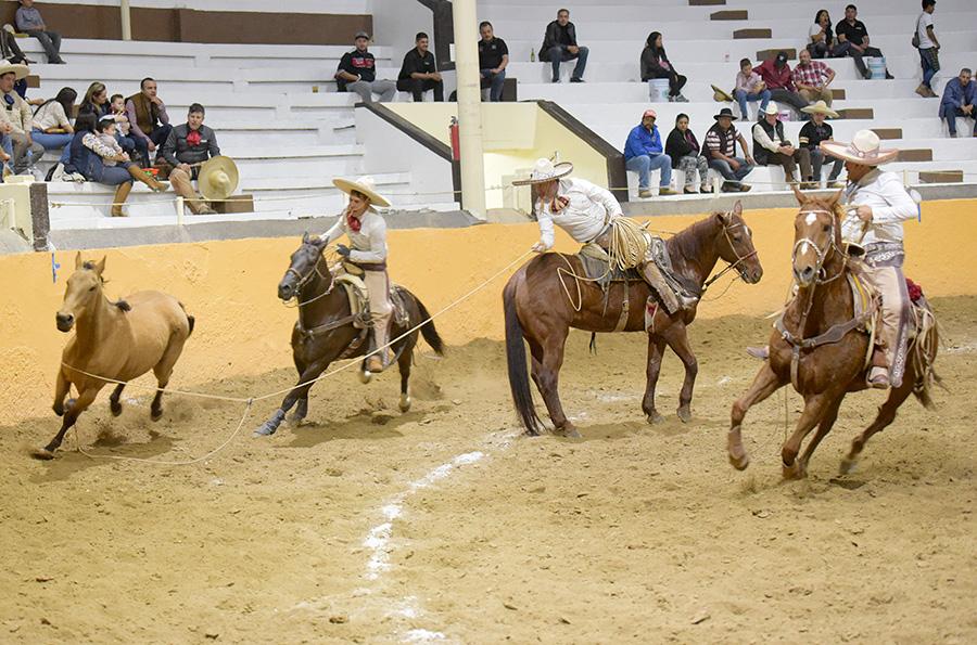Luis Alfonso Franco rematando una de sus manganas a caballo para Capilla de Guadalupe
