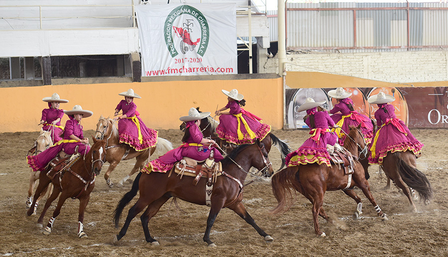 En ejecución de su rutina la escaramuza jalisciense Rancho Santa María, quien logró 310.00 puntos
