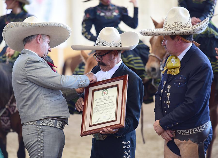 Momento en el que el presidente de la Federación impone la Herradura de Oro a don Javier Jarero Cesate