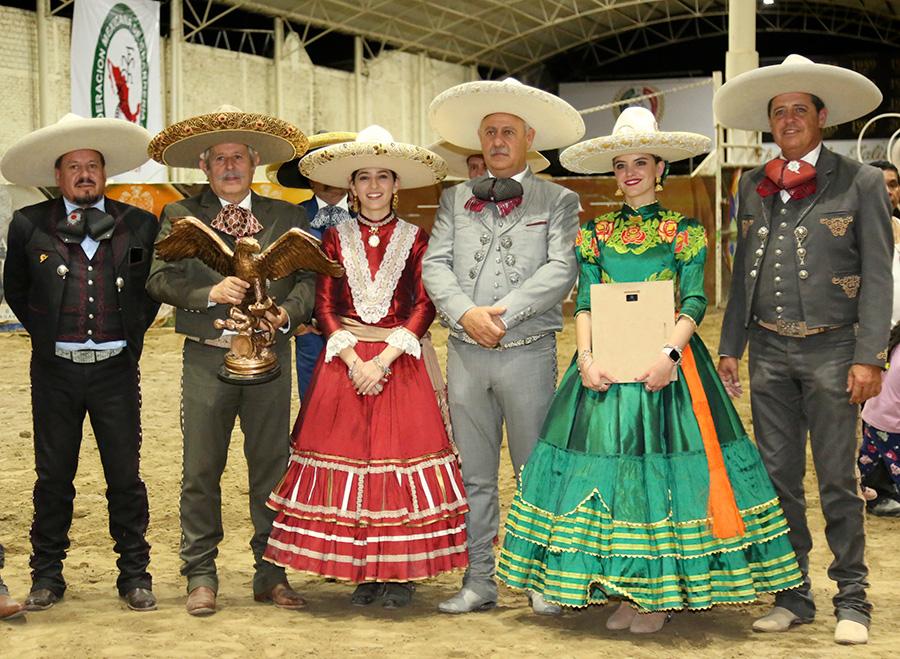 La Federación Mexicana de Charrería entregó un merecido reconocimiento a la asociación de Charros de Jalisco, flamantes anfitriones del Aniversario
