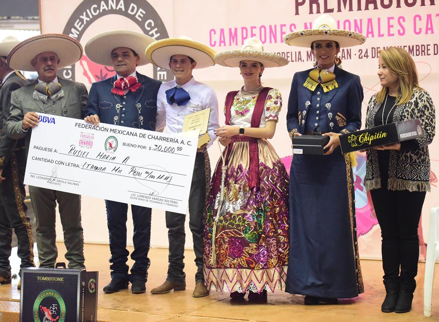 La Reina Nacional, SGM María I, y la señora Mini Blanco de Dávila, presidenta del Comité de Damas Charras, engalanaron la premiación de los campeones individuales por faena