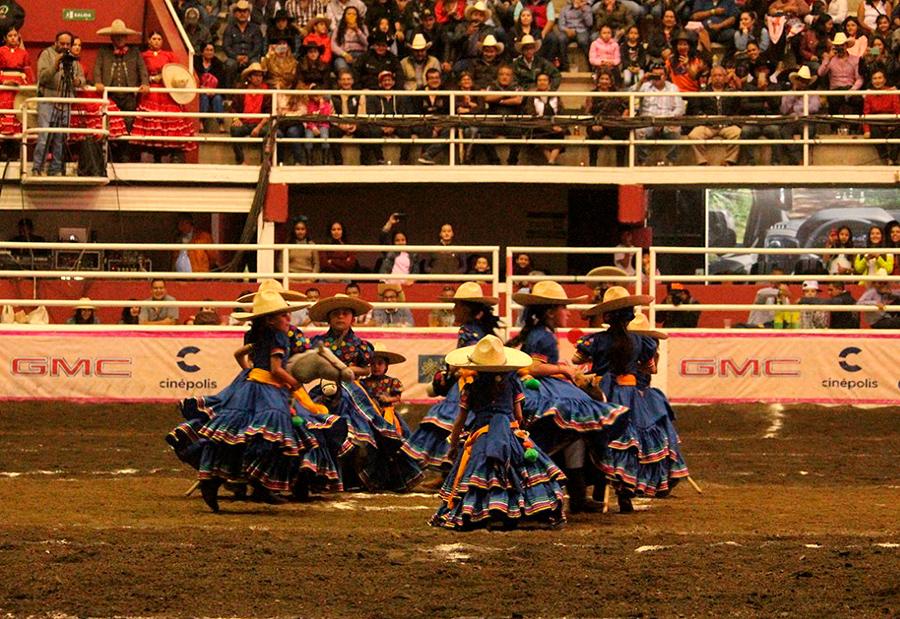 En caballitos de palo participaron las pequeñas Guarecitas de Puruándiro, todas de tierna edad
