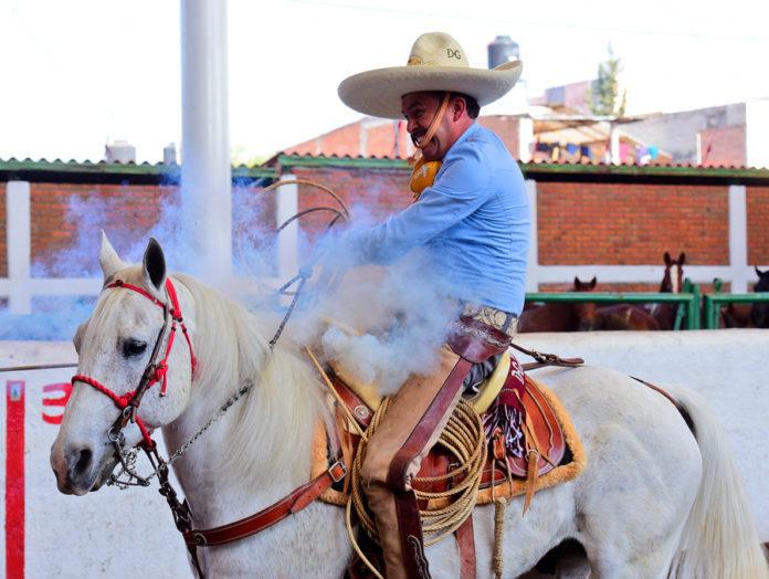 Juan Soltero chorreando uno de sus piales en el lienzo para Hacienda de Guadalupe