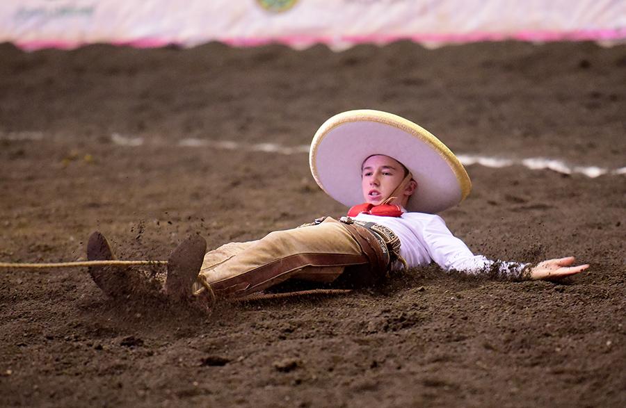 El joven Juan Franco de Anda derribando una mangana a pie para la causa de Capilla de Guadalupe