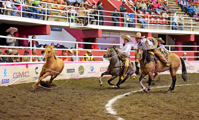 Luis Miguel Basurto cumplió con un par de manganas a caballo a cuenta de Tres Regalos