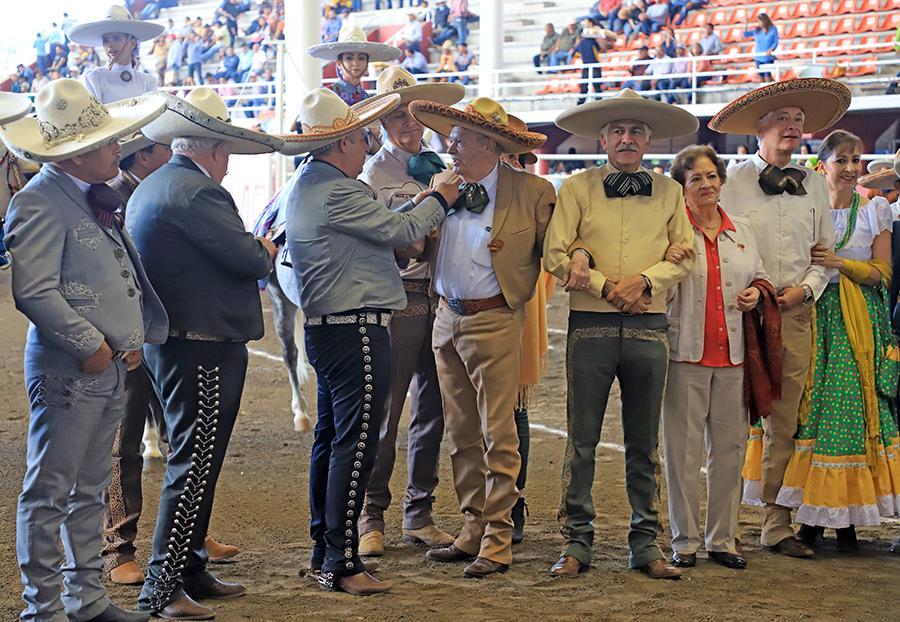 Momento en que Octavio Ochoa Salazar recibe la Herradura de Plata de manos del presidente de la Federación, ingeniero Leonardo Dávila Salinas