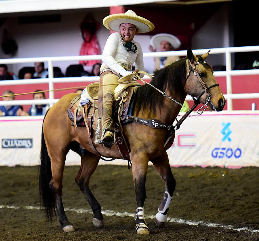 Soberbia la actuación de Óscar Pérez Lara de Rancho El Pitayo al acertar un pialazo en el ruedo y cinco manganas