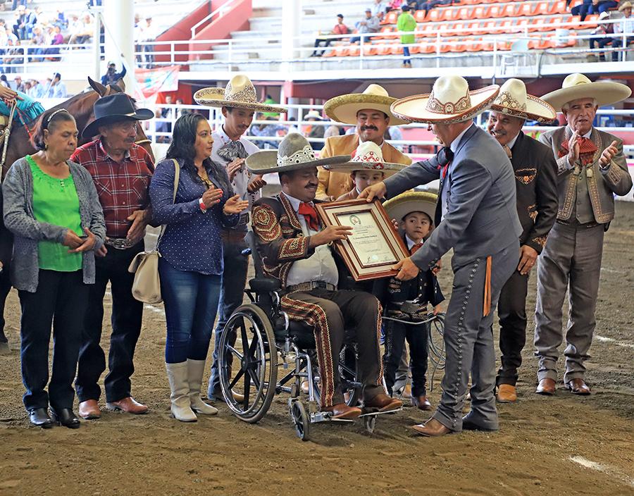 Se entregó un reconocimiento al señor Alejandro Ortiz Garnica la tarde de este martes en Morelia