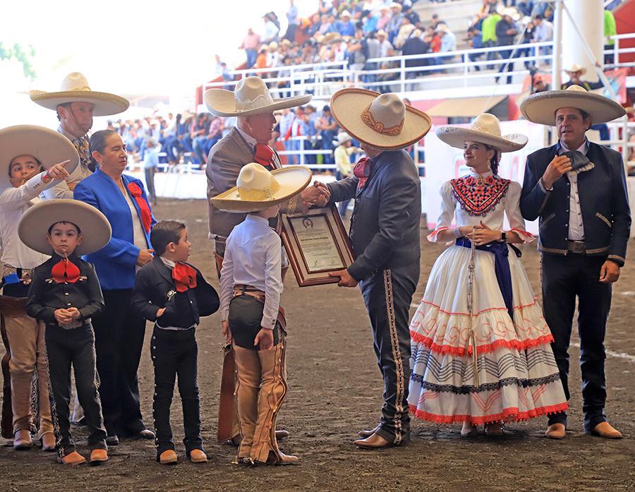 Se le entregó este reconocimiento al señor Salvador Franco González, junto a la imposición de la Espuela de Oro