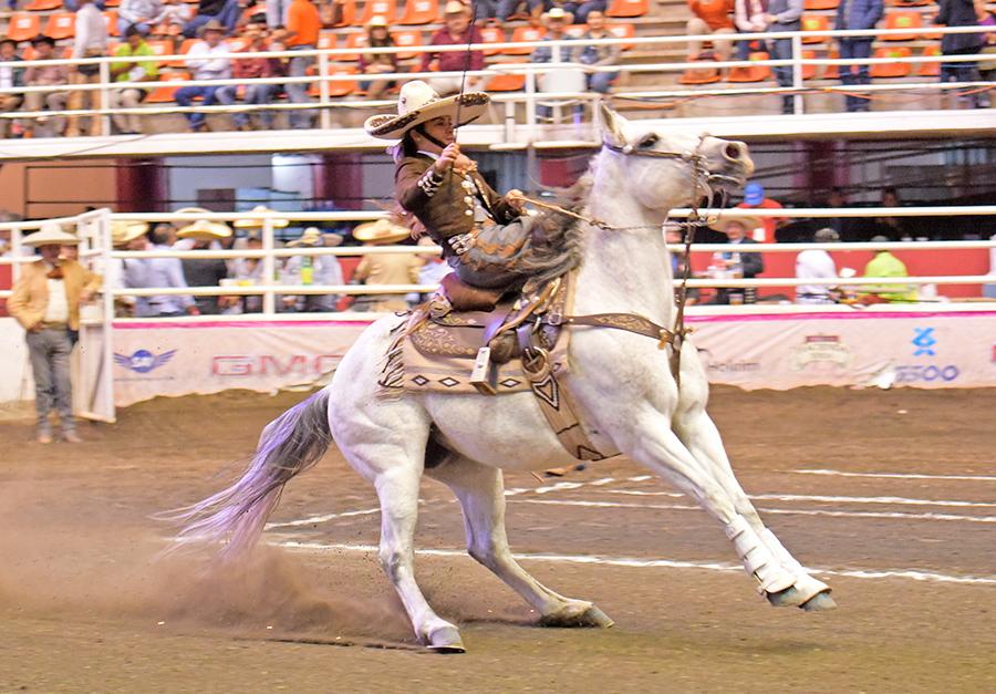 Karla Adriana Quijano Cornejo ejecutó una soberbia punta de 20 metros en un solo tiempo para la escaramuza Charra de Grupo Xicuco