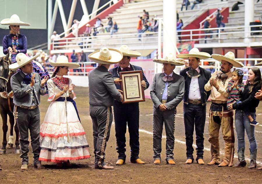 Entrega del reconocimiento para el señor Juan Pineda