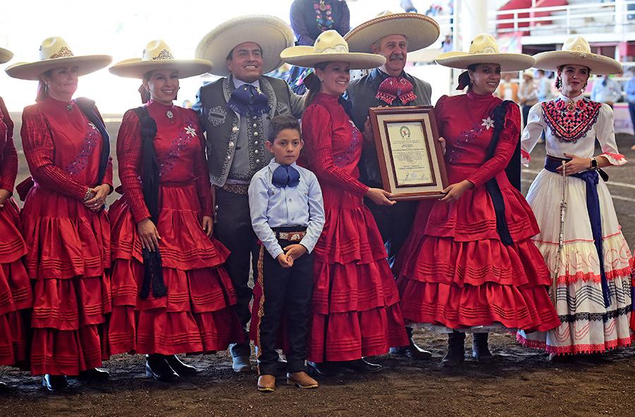 Entrega del reconocimiento a la escaramuza Monarcas de Ciudad Hidalgo