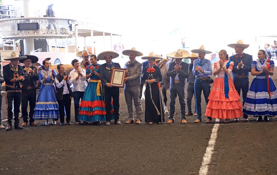 Momento en que Rogelio Muñoz del Castillo recibe el reconocimiento de parte del presidente de la Federación