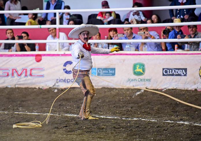 A pesar de su percance, Enrique Ramírez Pérez de Tres Potrillos se levantó para cuajar dos manganas a pie
