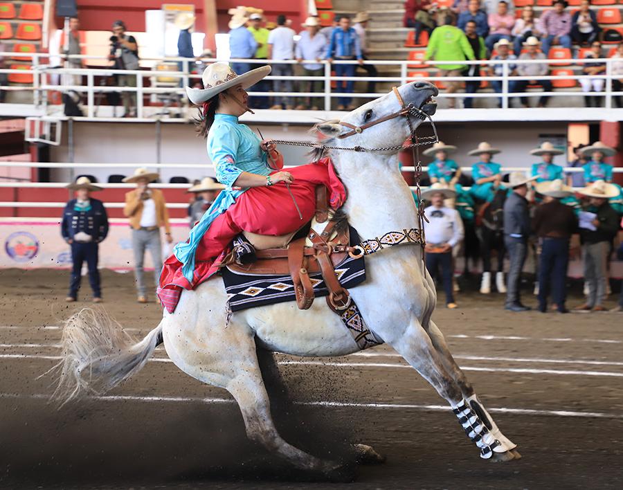 Bárbara Díaz Guzmán, capitana de la escaramuza Santa Bárbara de Puebla, presentando la punta