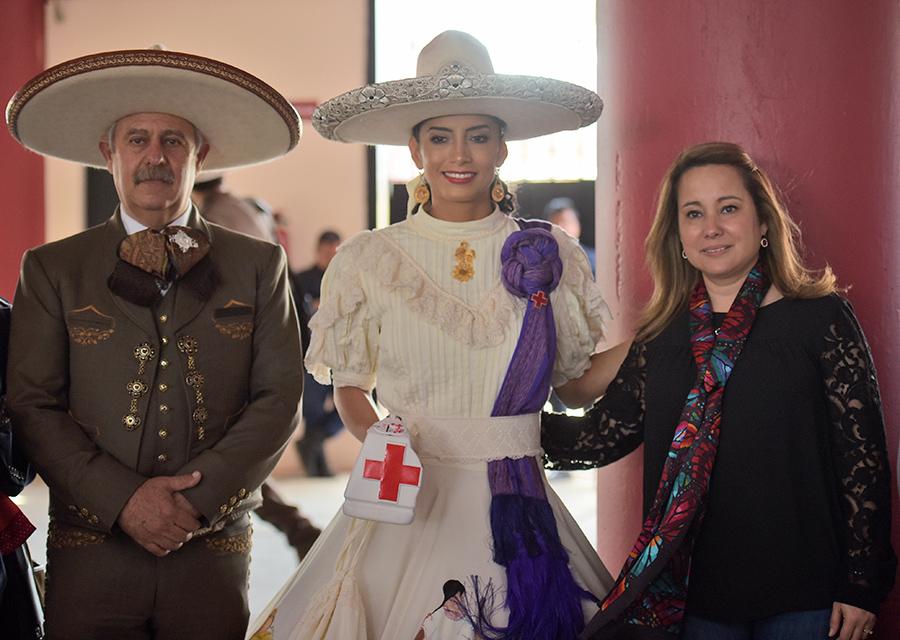 El presidente de la Federación, ingeniero Leonardo Dávila, y su esposa, la señora Mini Blanco de Dávila, junto a la maestra Edna Díaz Aceves, en la colecta a beneficio de la benemérita Cruz Roja Mexicana