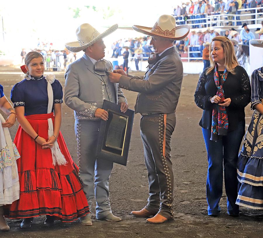 El presidente de la Federación imponiendo la Herradura de Oro a Gerónimo Color Gasca