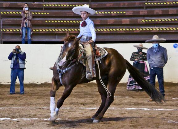 Andrés Daniel Rivera López dando lados a su cabalgadura, durante la cala que presentó en la primera competencia de este campeonato, eliminatoria de charros completos de categoría Dientes de Leche