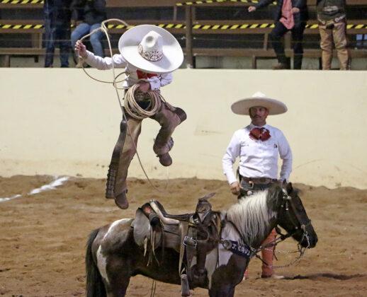 Espectaculares las pasadas sobre el caballo de José Cruz Arredondo González, durante la terna de los Charros de Puruándiro
