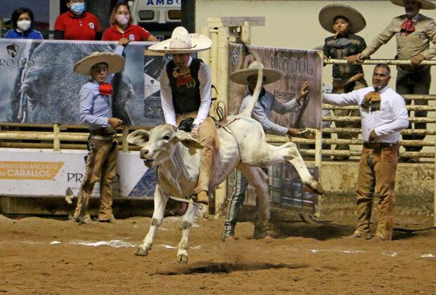 """Valiente Jesús Saed Galarza Ventura en su jineteo de toro, dentro de la eliminatoria de los charros completos Infantil """"B"""""""