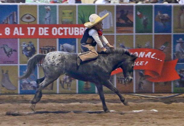 Valiente el pequeño José Eduardo Moreno Velarde, de Santa Cruz del Valle, jineteando a la yegua a la greña