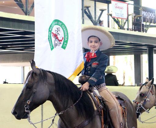 Santiago Salcedo Aceves portando el estandarte de la Federación Mexicana de Charrería
