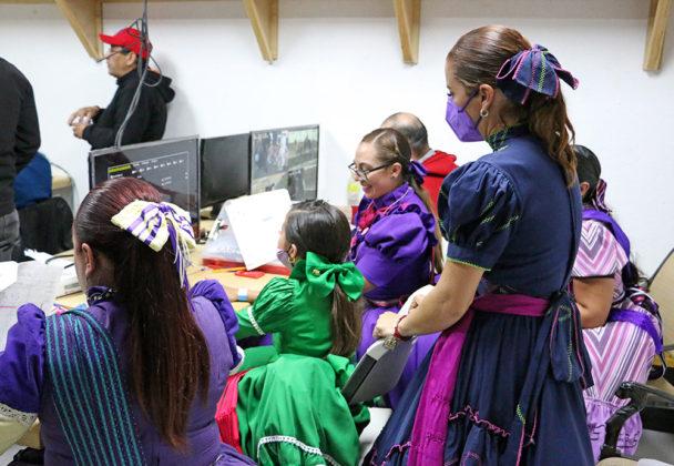 Revisión de video que se lleva a cabo al término de la participación de cada escaramuza, con la participación de las damas jueces, la capitana y, como en este caso, la instructora
