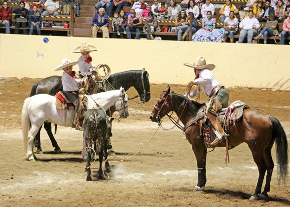 """José de La Llata Morales rematando su pial en el ruedo para el equipo Rancho El Pitayo """"B"""""""