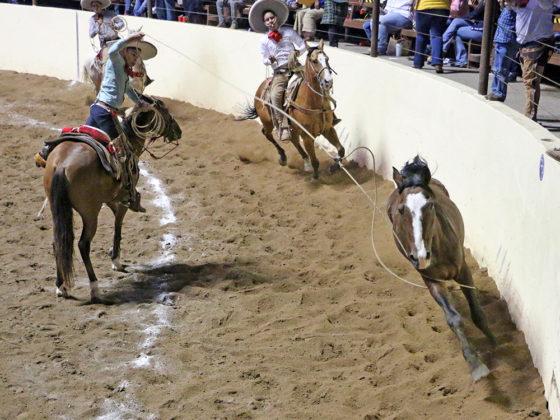 """El joven Carlos Eduardo Medina Abundis acierta una de las dos manganas a caballo que agarró para los Charros de Jalisco """"Blanco"""""""