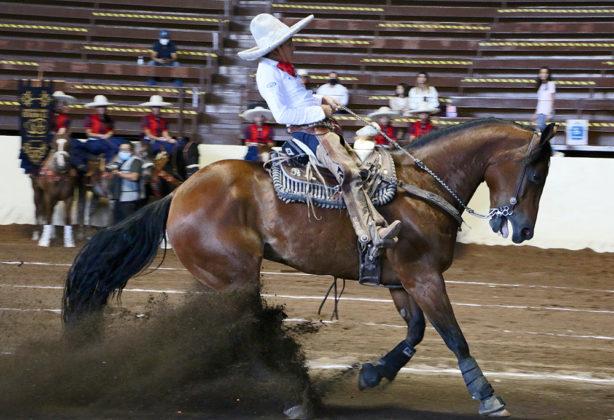 """Juan María Solana Zavala presentando la cala de caballo de 23 unidades, en la última eliminatoria de charros completos Infantil """"A"""""""