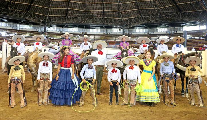 Un grupo representativo de la niñez y juventud charra, acompañado por el presidente de la Federación, José Antonio Salcedo López, y la delegada estatal de escaramuzas de Querétaro, Sofía Alejandra Vera Torres
