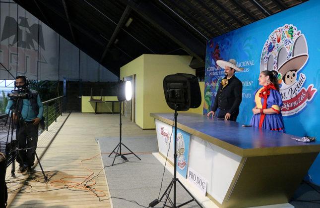 El detrás de cámaras de la cápsula previa a la transmisión en vivo del Campeonato Nacional Charro Infantil, Juvenil y de Escaramuzas