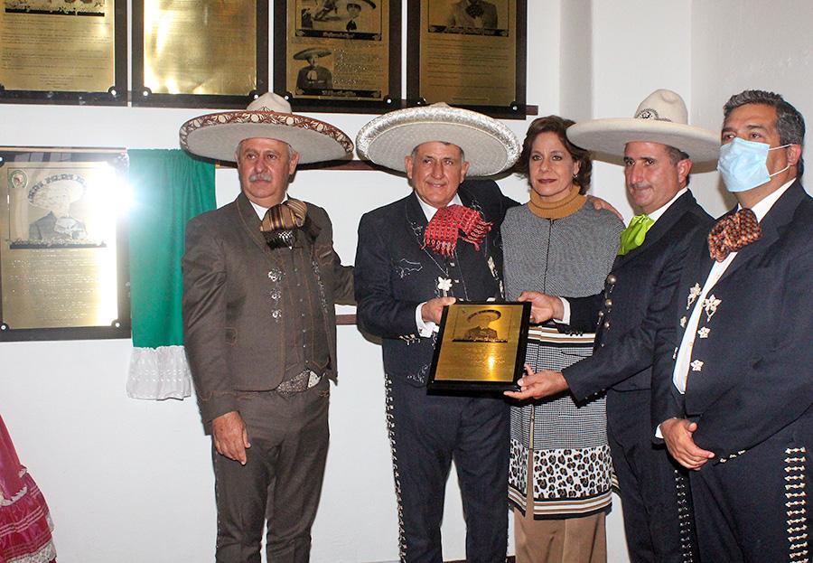 Los hermanos Francisco Javier y José Roberto García Kuri recibieron una reproducción de la placa conmemorativa